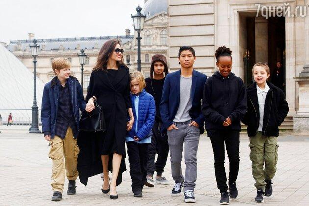 Анджелина Джоли с Мэддоксом, Паксом, Захарой, Шайло, Ноксом и Вивьен