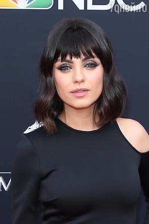 Мила Кунис появилась на Billboard Music Awards с накладной челкой